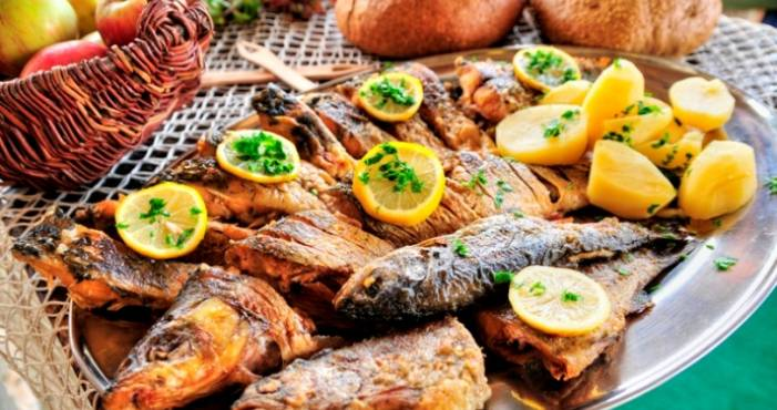 Baked fish with lemons and potato.